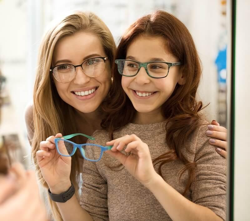 mother-daughter-choosing-glasses